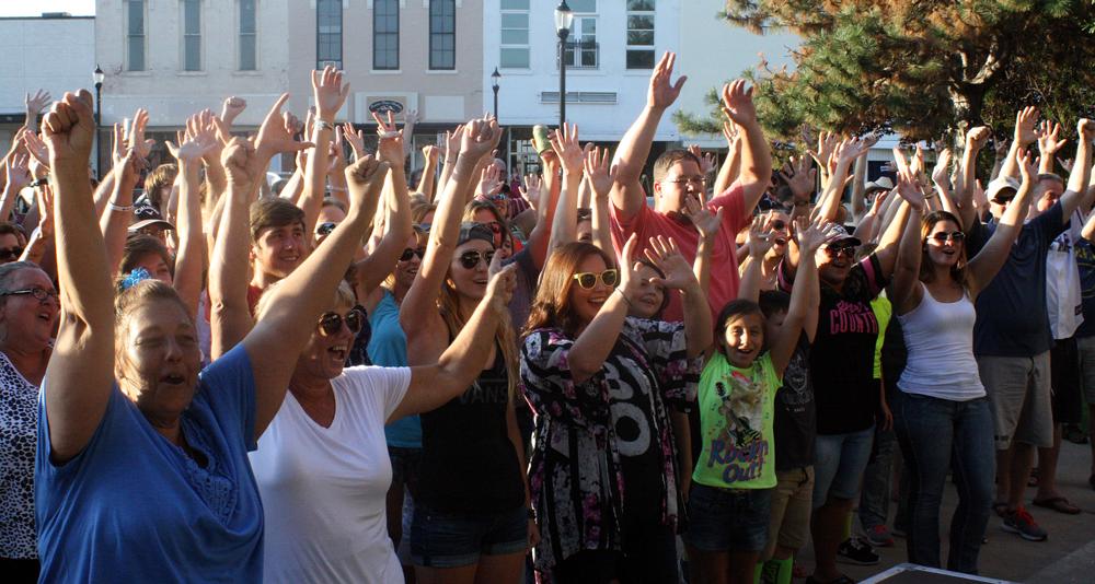 hands-up_den_Brothers-Osboen-Crowd4667